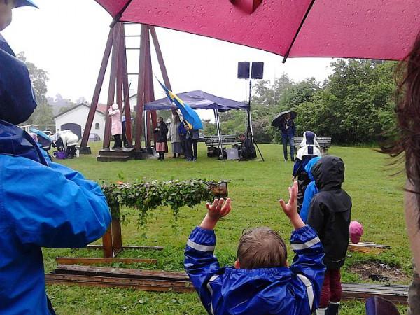 Duvnäsborna trotsade regnet på Midsommarafton