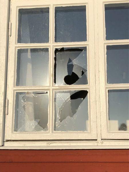 Krossad fönsterruta i Ringparksstugan